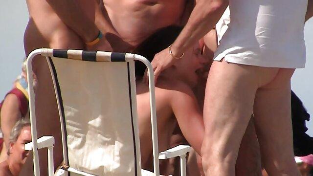Sexy ragazza in collant film hard con vecchie si masturba la figa con un vibratore